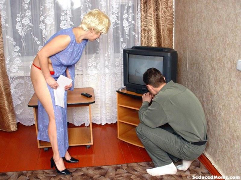 Смотреть вызвал на дом ремонтника и трахнулась с ним