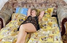Спящая зрелая женщина
