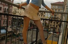Рыжая девушка разделась на балконе