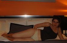 Домохозяйка позирует в трусиках на своей постели