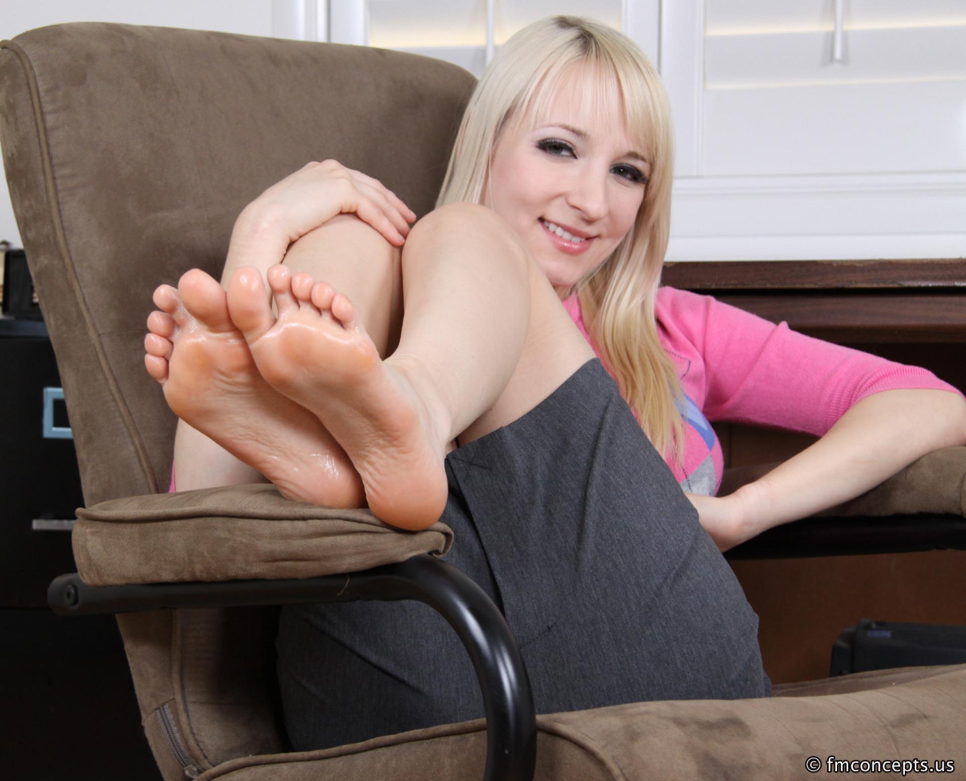 Блондиночка мало внимания уделяет собственной груди