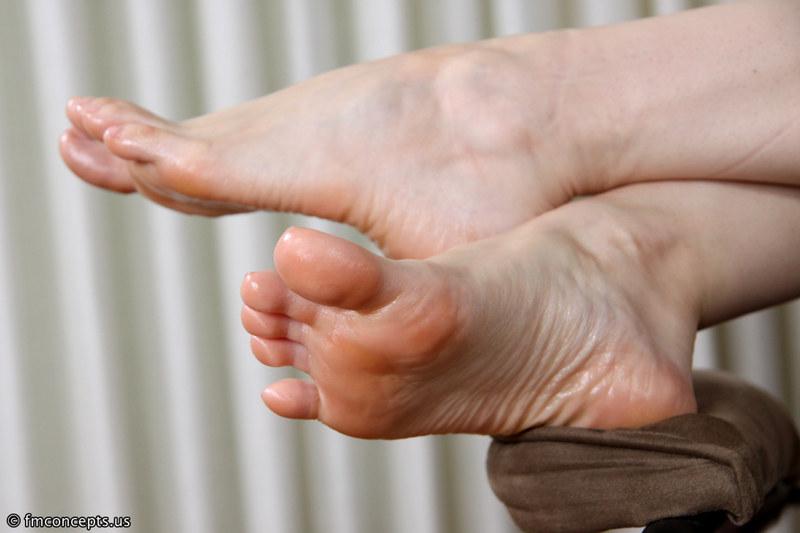 Пальчики женских ног крупным планом