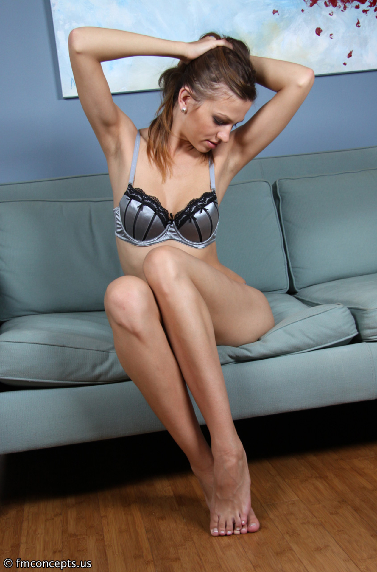 Стратная сучка голая на диване