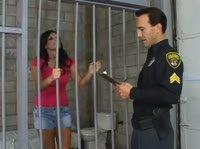 Начальник тюрьмы поимел заключенную в попку