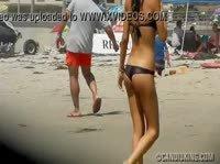 Красивая попочка худенькой девчонки на пляже