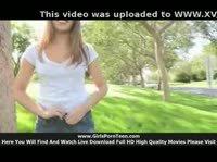 Девушка прямо в парке показывает своё тело