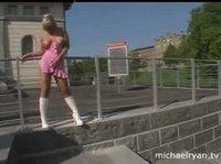 Две блондинки развлекаются в публичных местах