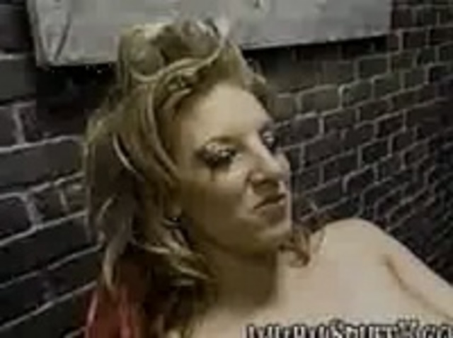 Видео как лысый мужчина засовывает голову во влагалище женщины фото 632-477