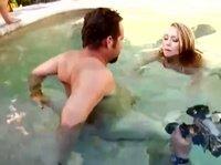 Подводный оральный секс в бассейне