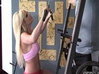 Тренировка для блондинки приятно обернулась удовольствием