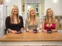 Три подруги блондинки обсуждают ночные страсти