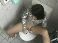Перерыв подруги на мастурбацию в туалете