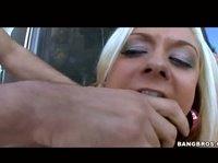 Блондинка получает долгожданный оргазм