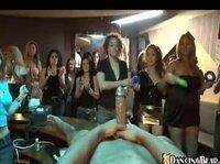 Девчонки на вечеринке играют с длинным чёрным хуём
