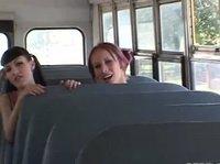 Сучка уединилась на сидении с водителем автобуса