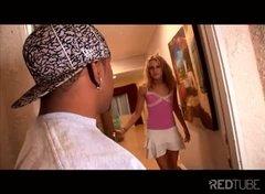 Негр нагло постучался в дом блондинки