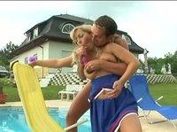 Блондинка у бассейна со своим другом приятно проводит время