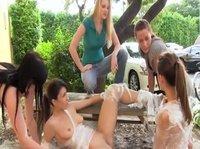 Девушки устроили вечеринку в парке
