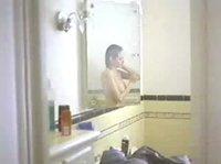 Анжелина Джоли моется в душе