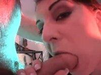 Секси-красотка делает минет клиентам