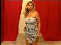 Блондинка медленно снимает с себя своё платье