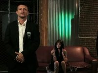 Брюнетка в ночном клубе развлекается с двумя охранниками