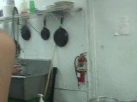 Девушки с танцпола переместились на кухню