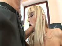 Секретарша развлекает своего боса