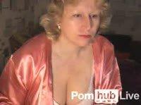 Зрелая домохозяйка в халате показывает сиськи в привате