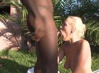 Негр сношает белокожую вредную девчонку