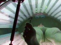 Скрытая камера в солярии засняла девушку без трусиков