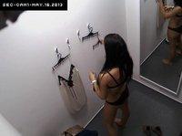 Брюнеточка примеряет новое белье под скрытой камерой