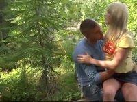 Парень привез девушку в лес, чтобы там ее трахать