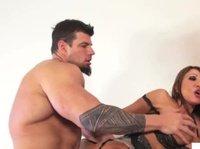 Перекачанный красавчик трахает двух грудастых порно актрис