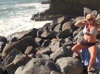 Грудастая баба на берегу моря