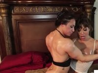 Накачанная лесбиянка доминирует над подругой