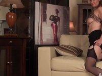 Обалденная телочка дрочит себе клитор на диване