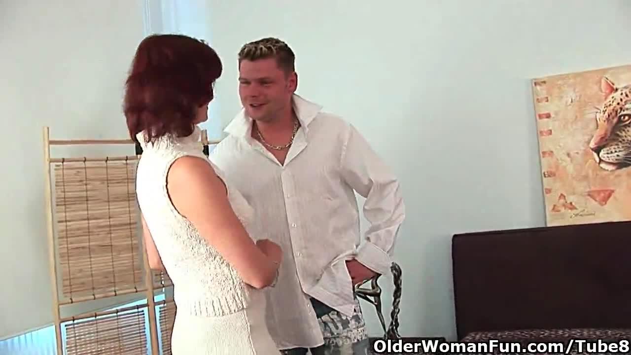 Зрелая дама пробует нового приятеля в постели