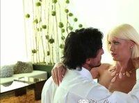 Страстная блондинка смогла дождаться своего принца