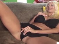 Блондинка с аппетитной большой грудью располагается на диване