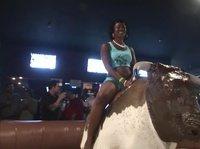 Полуголые девицы объезжают механического быка