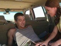 Нетерпеливая ковбойша объезжает самца в машине