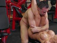 Блондинка в спортзале своим телом решила соблазнить тренера