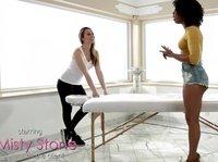 Негритянка попросила об особой массаже белую подружку