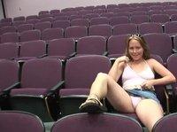 В большой аудитории остаётся только блондинка