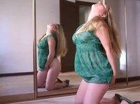 Зеркальный шкаф – место внезапного развлечения австралийки