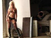 Прогулялась в нижнем белье у грязного гаража