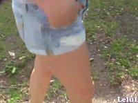 Славные ножки Лилу гуляют по двору