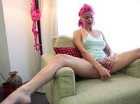 Розововолосая девушка развлекается с розовым вибратором