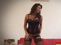 Дамочка устраивает эротический танец на красном диване